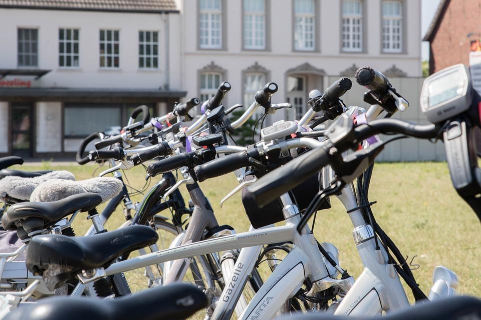 Vélos électriques VS voitures : 5 raisons pour lesquelles le vélo pourrait être mieux adapté aux déplacements domicile-travail post thumbnail image